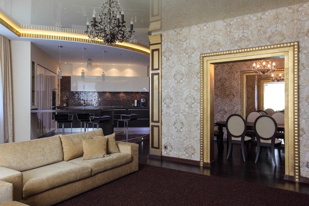 Позолоченные элементы в отделке интерьера гостиной
