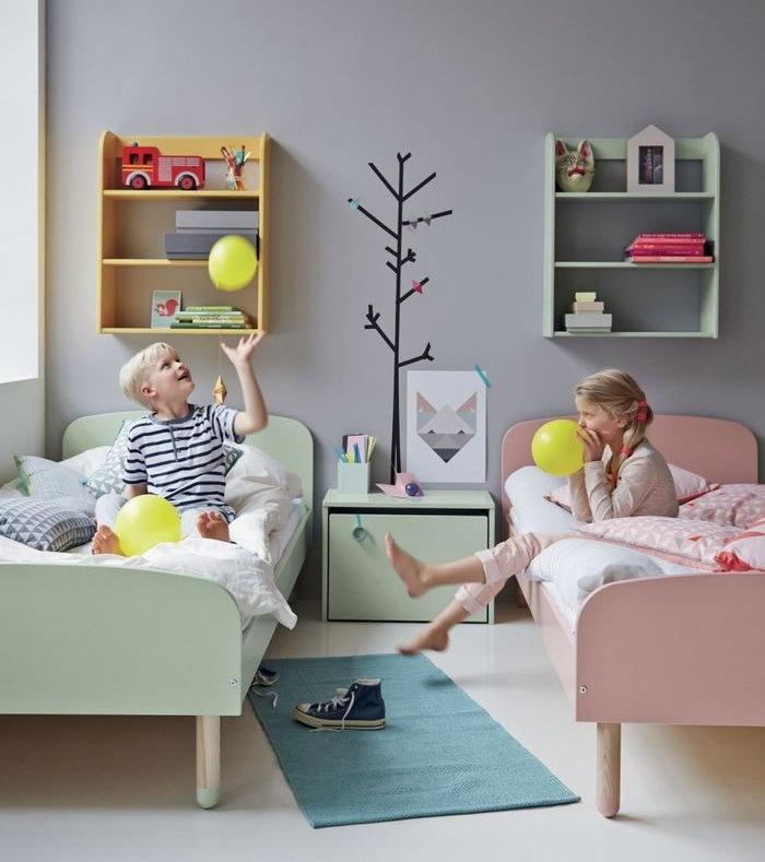 Кровати разного цвета в детской для разнополых деток