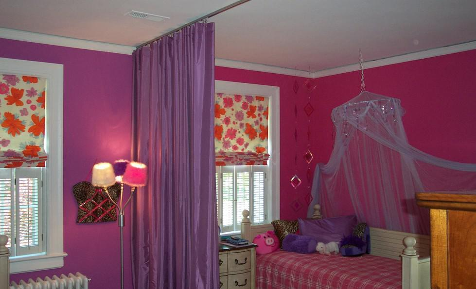 Сиреневая штора на потолке детской комнаты