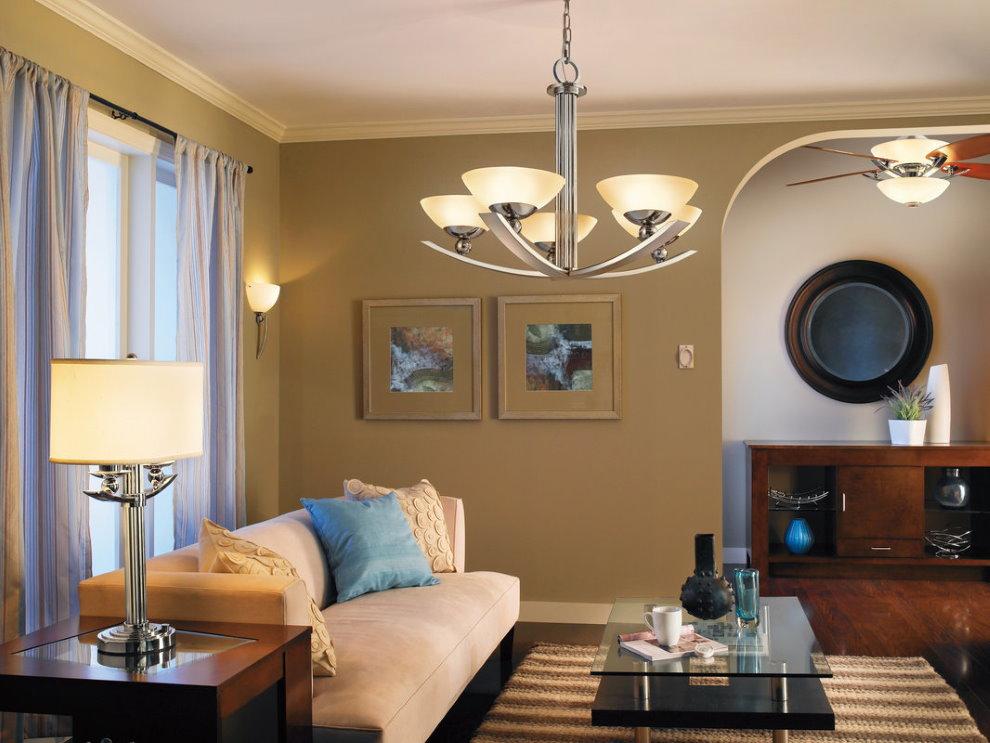 Потолочная люстра в зоне отдыха гостиной