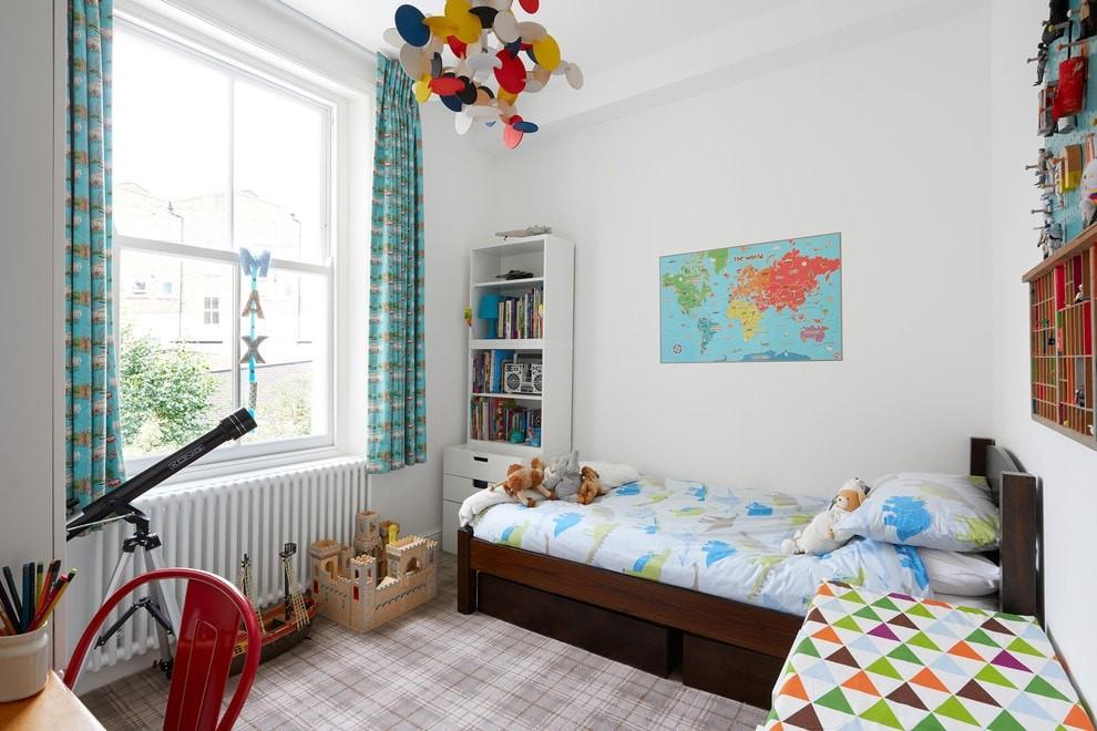 Абстрактная люстра в комнате мальчика