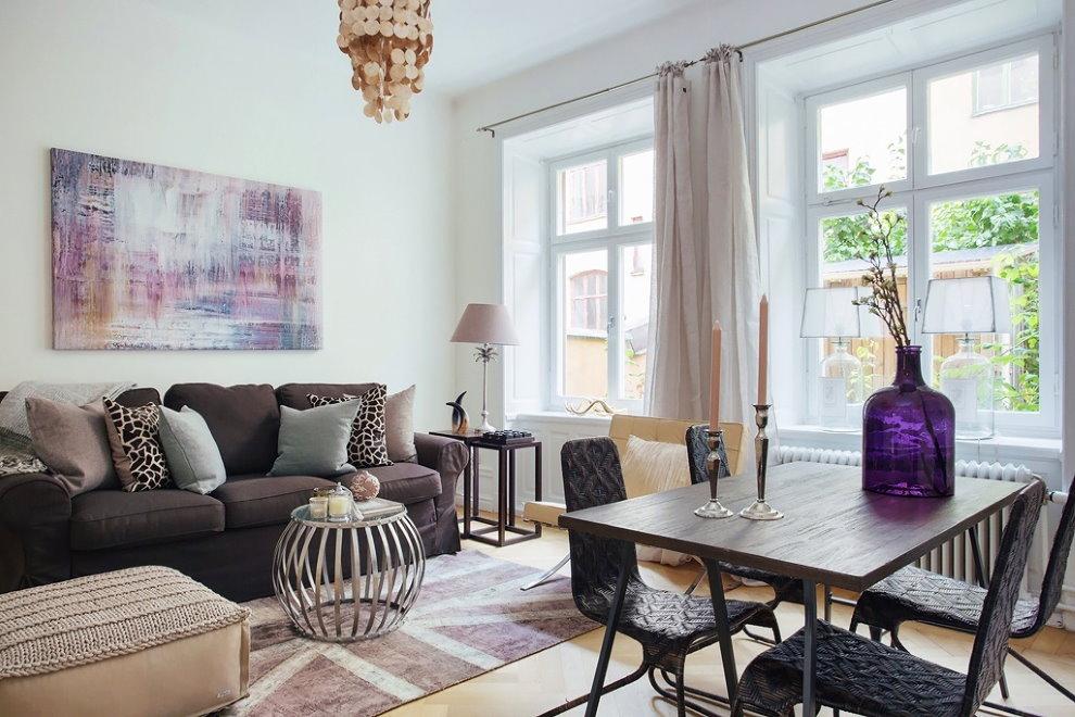 Асимметричное расположение предметов мебели в зале