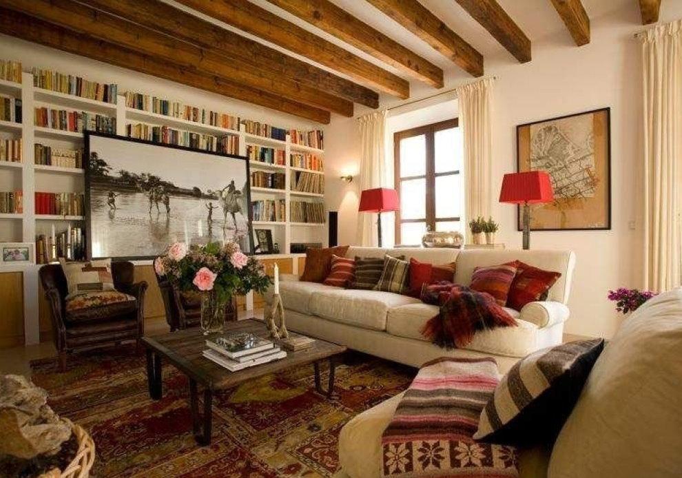 Отделка потолка в гостиной деревенского стиля