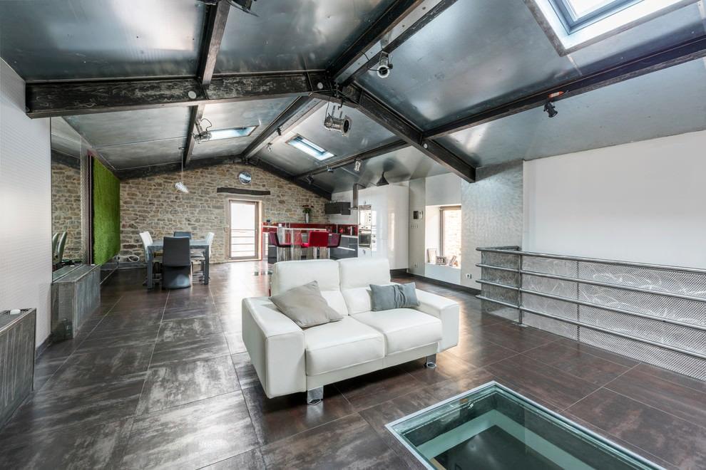 Стальные балки на потолке гостиной в лофт стиле