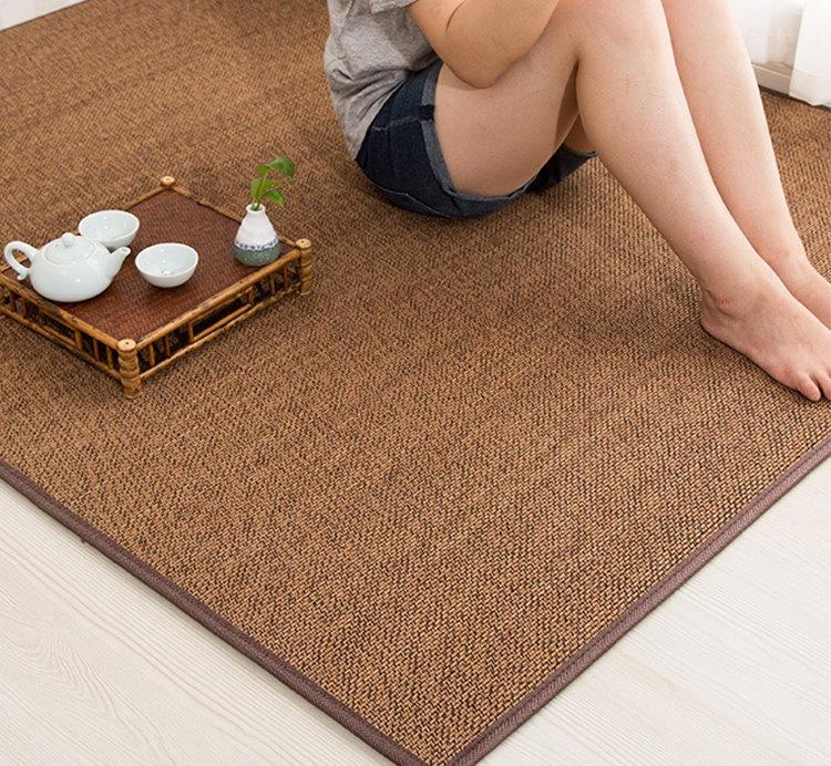 Бамбуковый коврик на полу комнаты для девочки