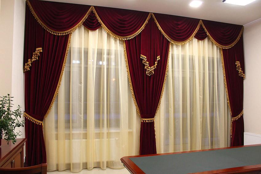 Бархатные ламбрекены на сдвоенном окне зала
