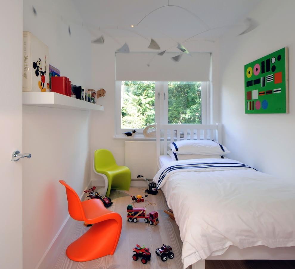 Цветные стулья в комнате с белой кроватью