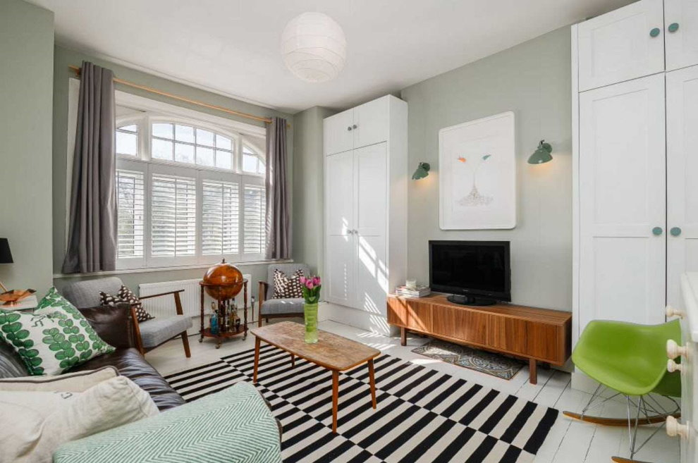 Черно-белые полоски на коврике в гостиной