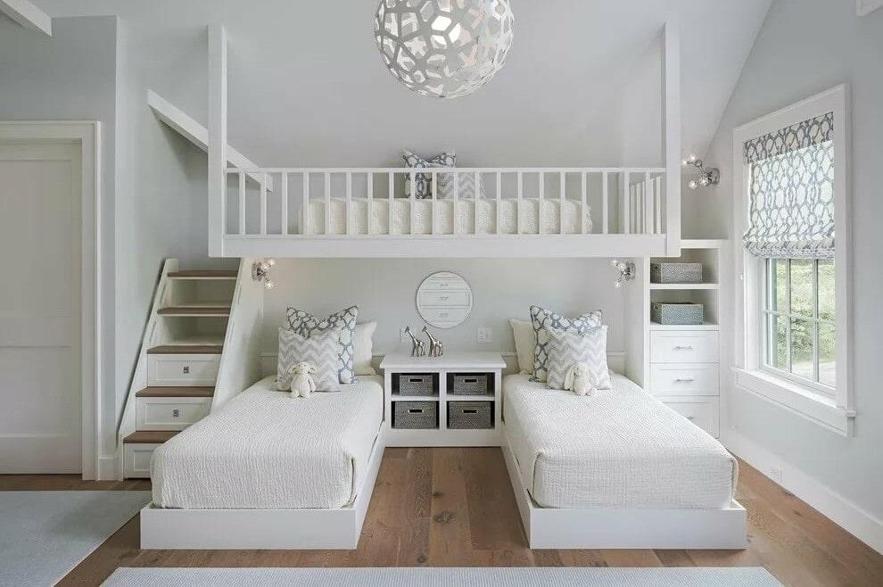 Три детские кровати в комнате для девочек