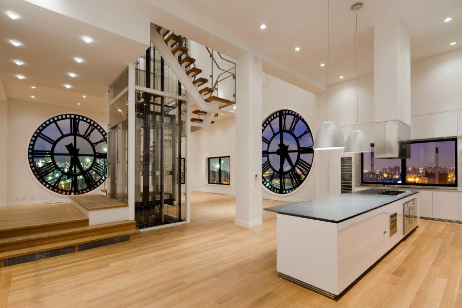 Круглые окна в виде часов в кухне-гостиной стиля хай-тек
