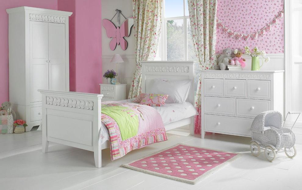Белесая мебель в комнате с розовыми стенами