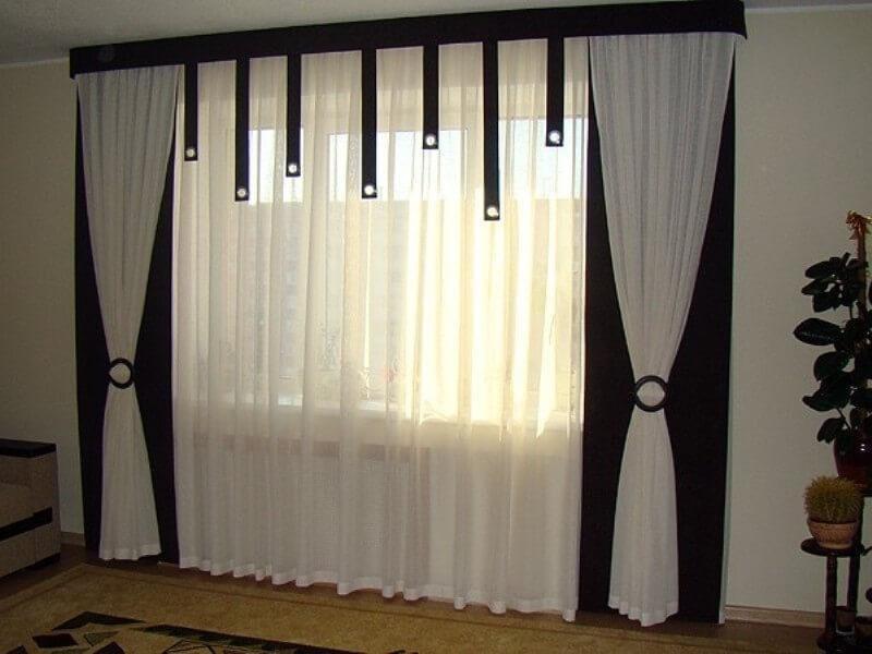 Узкий ламбрекен черного цвета на окне гостиной