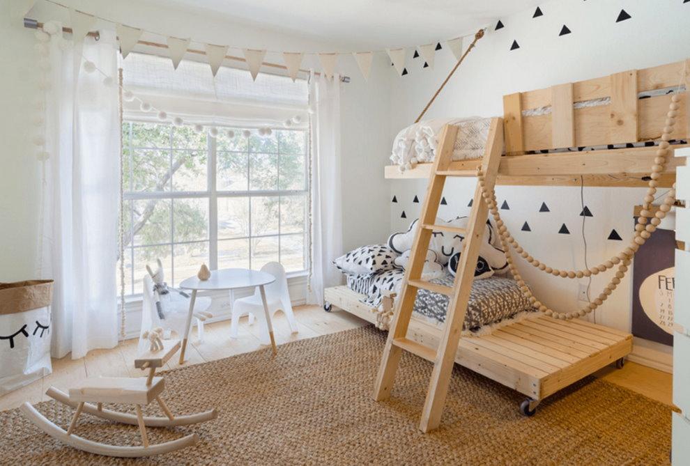 Белые стены детской комнаты в загородном доме