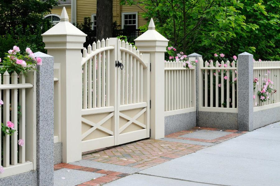 Ворота и калитка из белого ПВХ на въезде частного дома