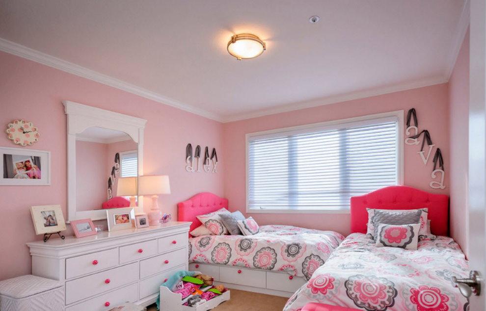 Гипсокартонный потолок в комнате девочек с розовыми стенами