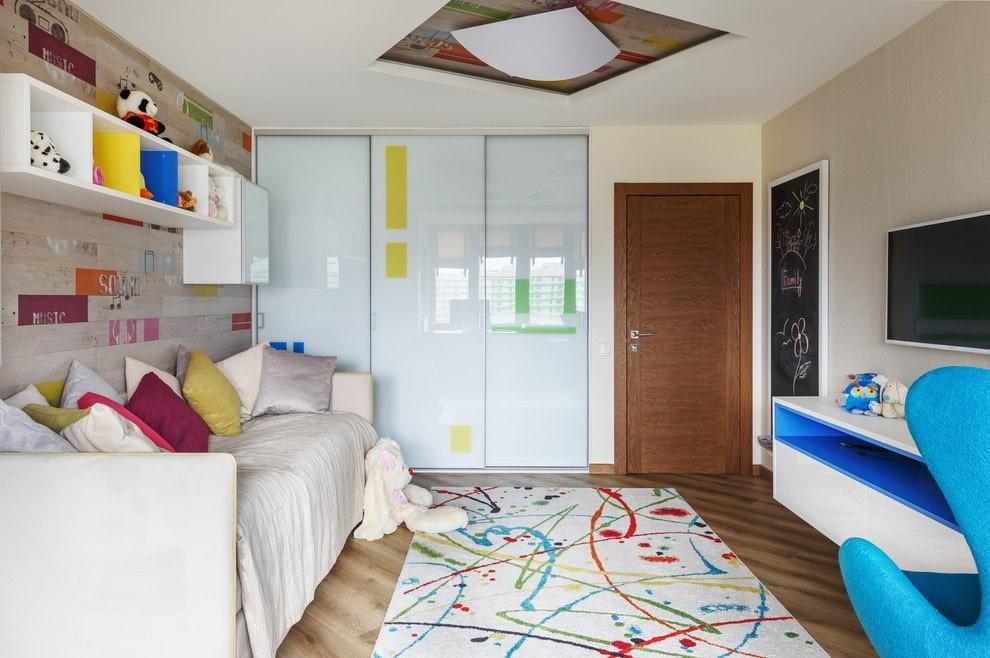 Белые дверцы шкафа-купе в комнате подростка