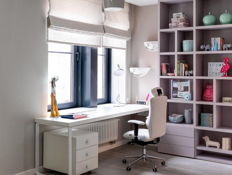 Белый письменный стол в комнате девочки