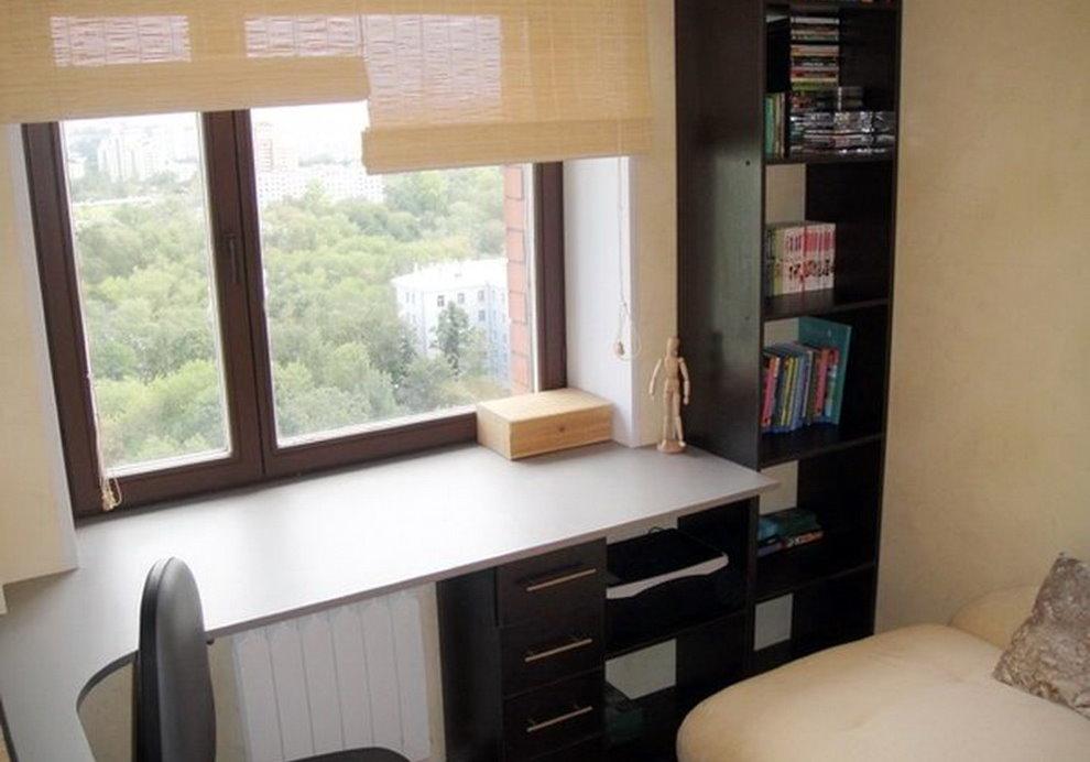 Белый стол-подоконник в спальне небольшого размера