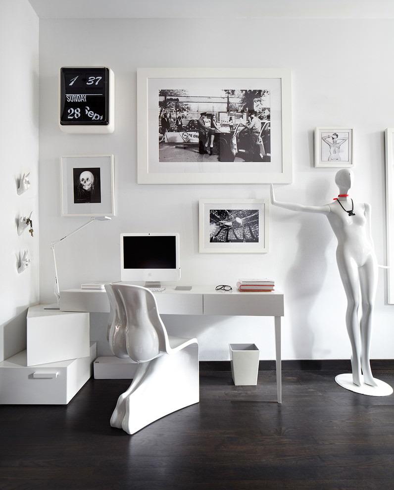 Белый стол в комнате высокотехнологичного стиля