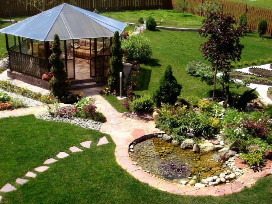 Уютная беседка на садовом участке