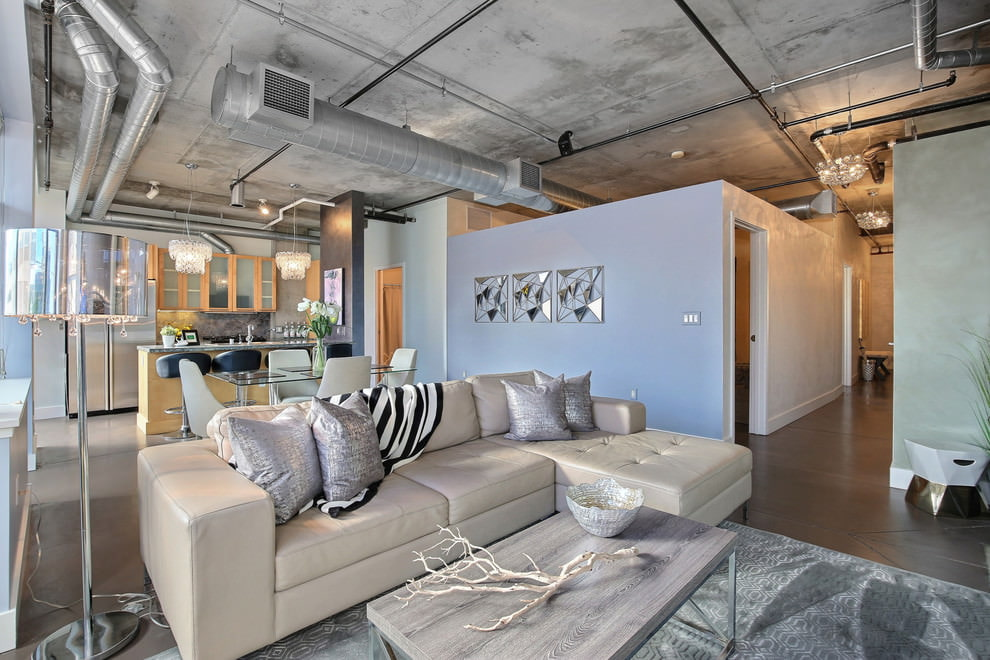 Серый потолок в зале квартиры-студии