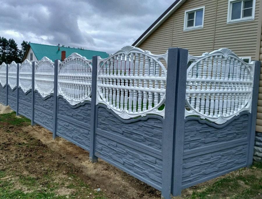 Бетонный забор на даче с двухэтажным домом