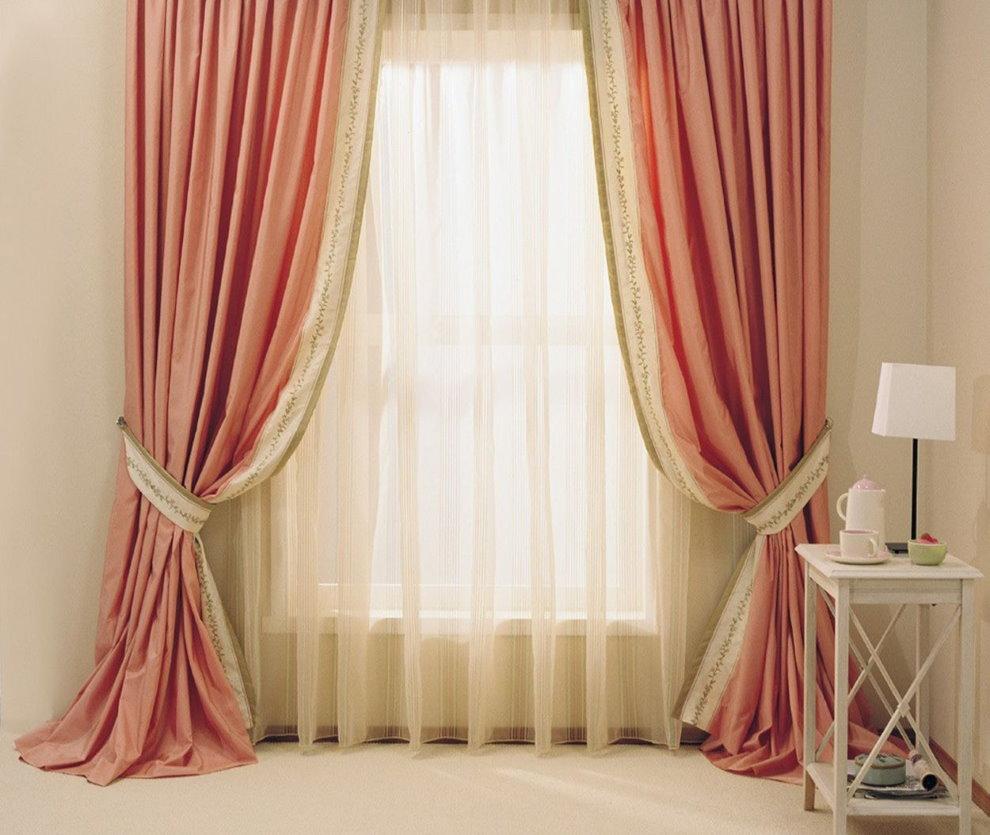 Розово-бежевые шторы в современной гостиной