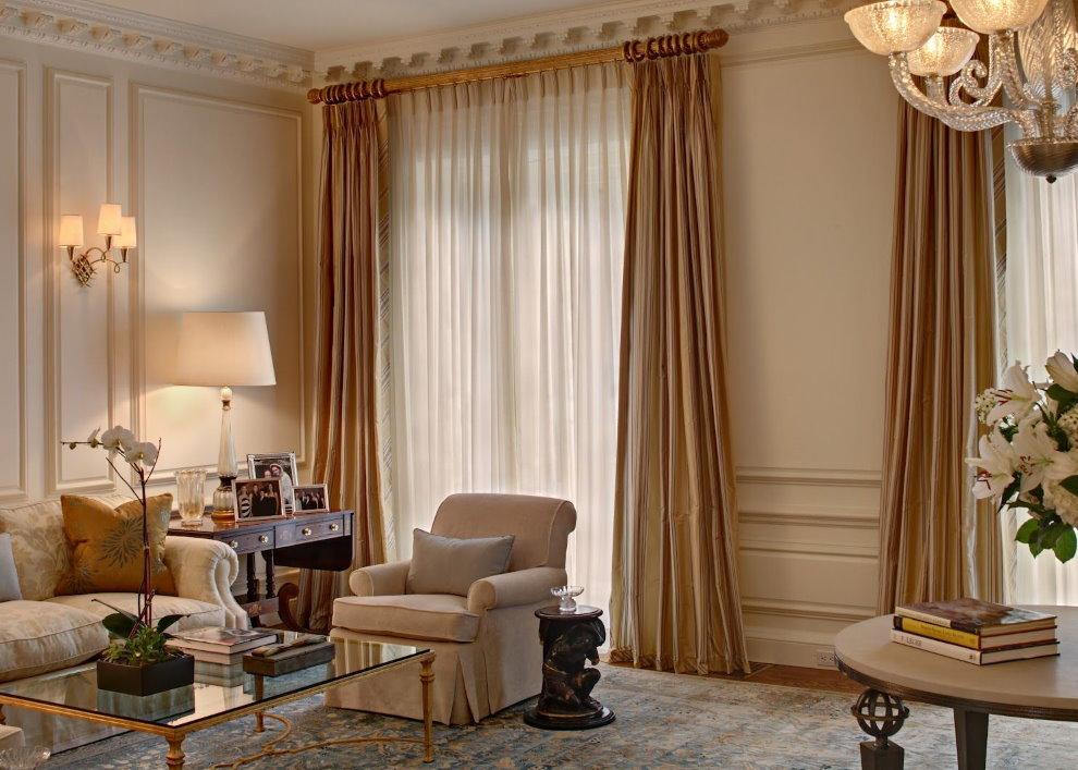Плотные бежевые шторы в гостиной комнате
