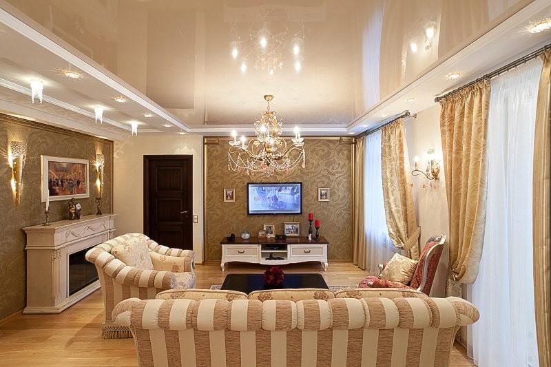 Полосатая обивка мебели в зале с бежевым потолком
