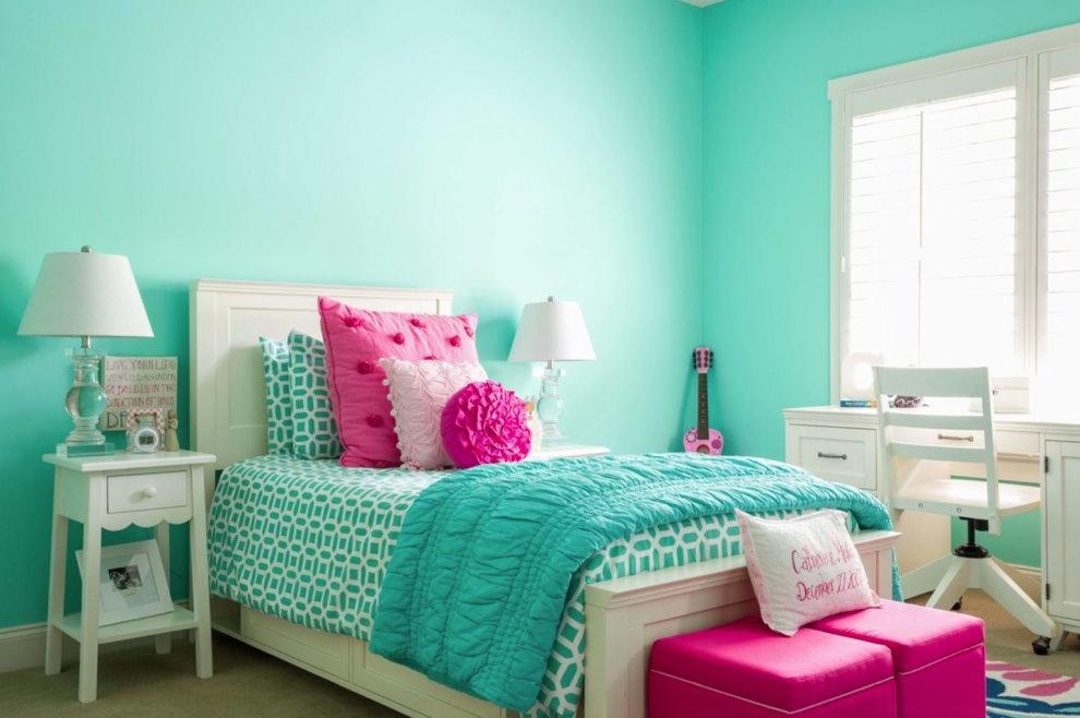 Розовые пуфы около белой кровати