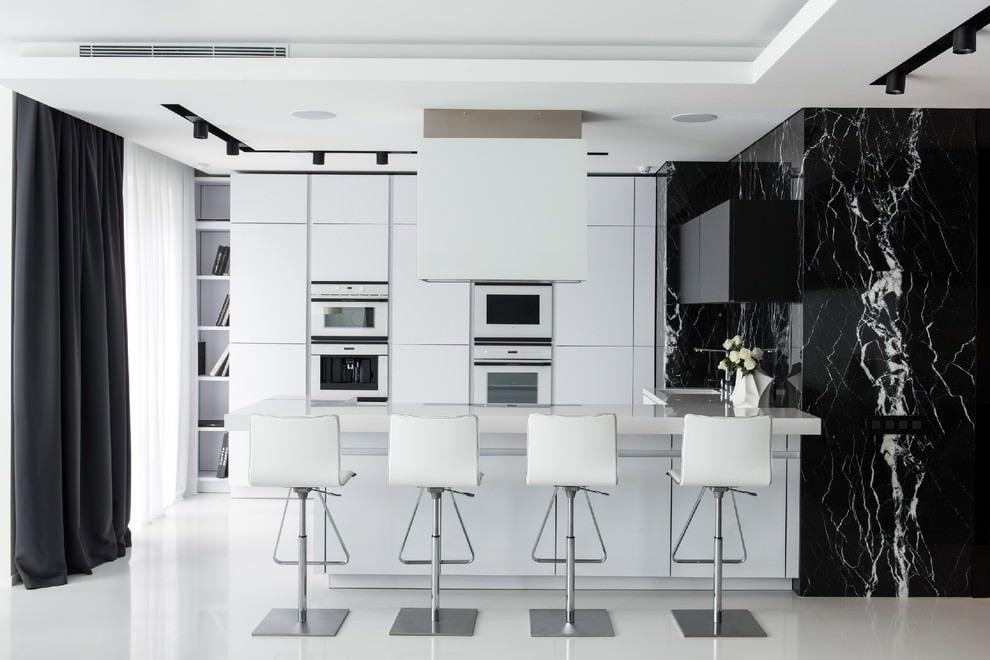 Черная штора в белой кухне стиля хай-тек