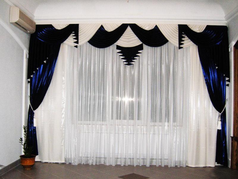 Интерьер зала с черно-белым ламбрекеном