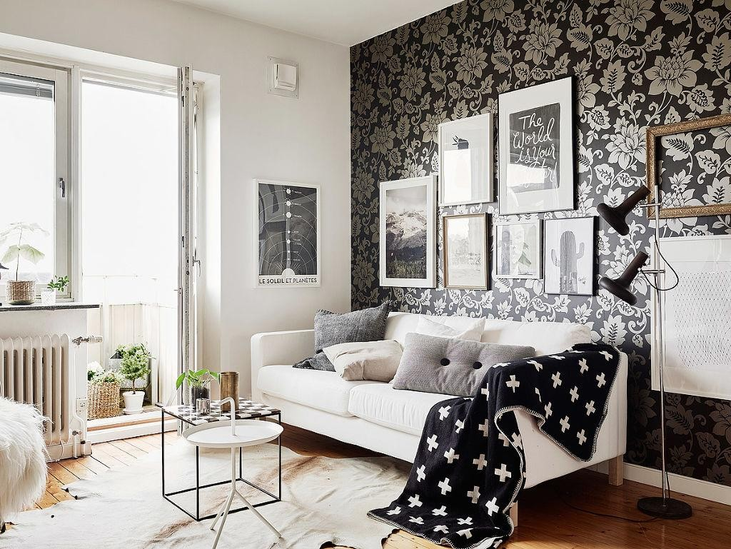 Белый диван в зале с черными обоями