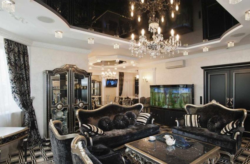 Черный потолок зала в стиле арт-деко