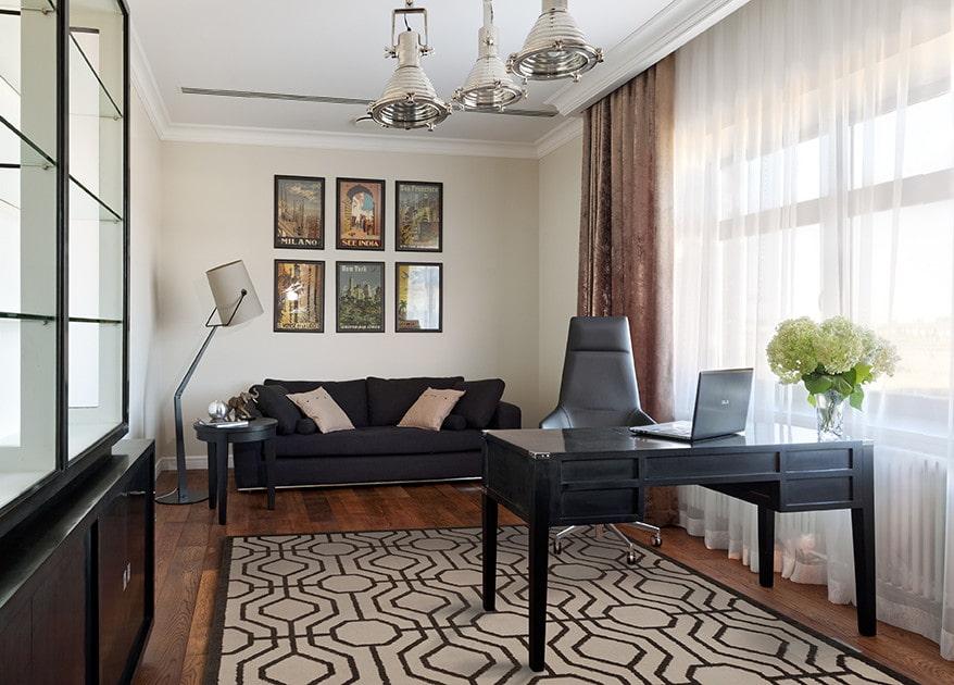 Черный письменный стол в домашнем офисе