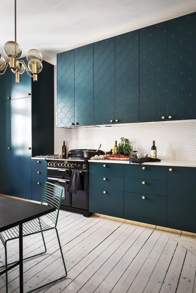 Кухонный гарнитур с фасадами цвета морской воды