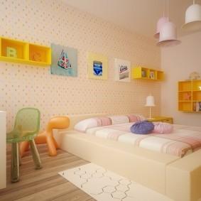 Желтые полки на розовой стене