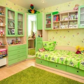 Зеленый коврик в детской комнате
