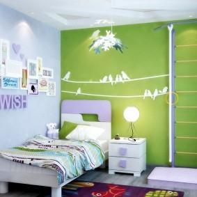 Шведская стенка на зеленой стене