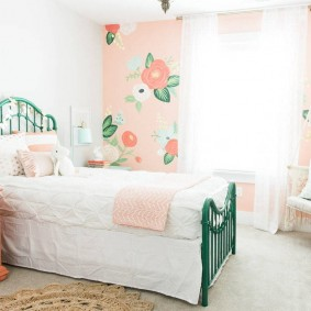 Белое одеяло на зеленой кровати