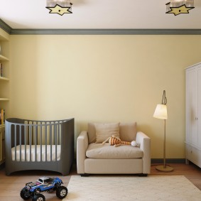 Серая кроватка в комнате для малыша