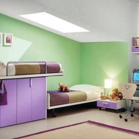 Зеленые стены в комнате с окном в потолке
