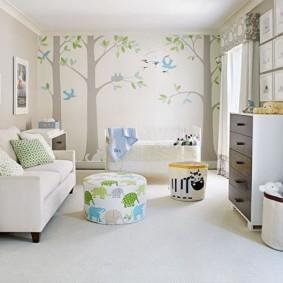 Обои с деревьями на стене детской