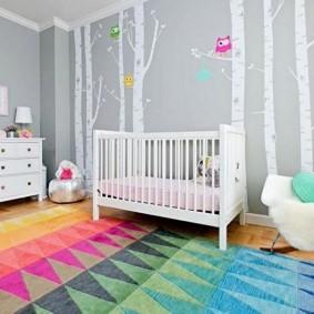 Яркий коврик на полу детской спальни