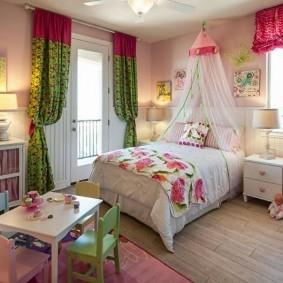 Пестрые шторы в детской спальне