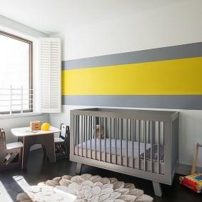 Желтая полоса в комнате младенца