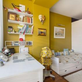 Белые полки на желтой стене