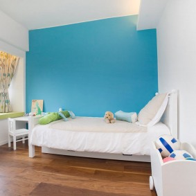 Белая мебель на фоне синей стены