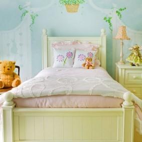 Деревянная кровать бежевого оттенка