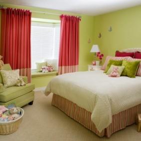 Красные занавески в комнате деревенского стиля